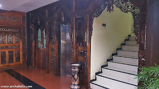 Ornamen Gebyok Jawa pada pintu lift