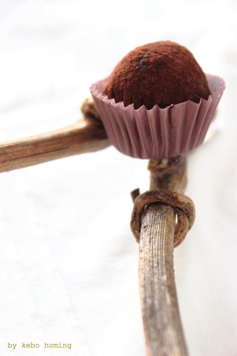 Pralinen oder Rohkostkugeln, ein feines Geschenk aus der Küche hübsch verpackt, mit Rezept beim Südtiroler Foodblog und Lifestyleblog kebo homing, Foodstyling und Photography