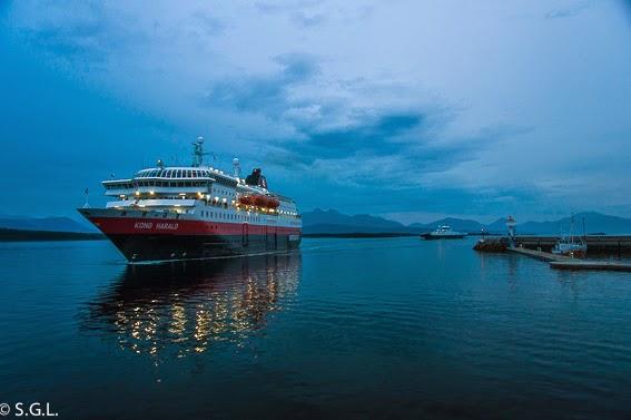 Hurtigruten navegando por la noche, de crucero por el litoral noruego
