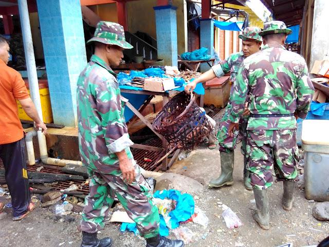 Kodim Abdya Bersihkan Sampah dan Lumpur Sisa Banjir