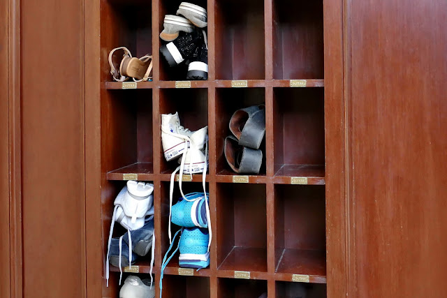 Schuhe, Kästchen, Schuhe ausziehen, deponiert, verstaut