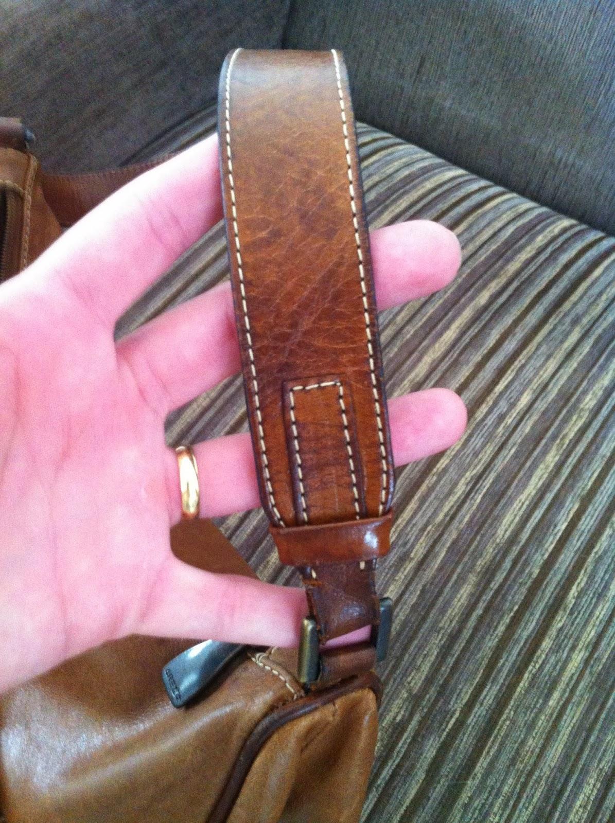 691817bf1 Um lado da alça da bolsa onde o couro estava bem danificado: manchas  mostrando que o couro ainda não havia secado completamente mesmo após 48  hrs.
