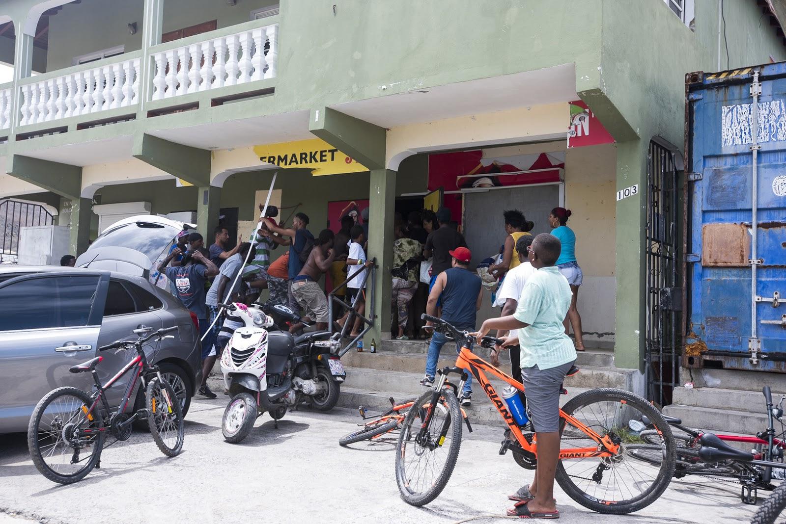 Lionel CHAMOISEAU -  Source: AFP   -  Un magasin pillé à Saint Martin
