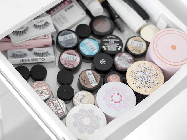 kolekce očních stínů sbírka kosmetiky