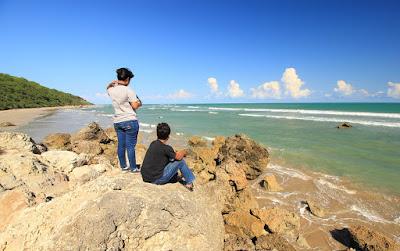 Menikmati semilir angin di pantai Buraen
