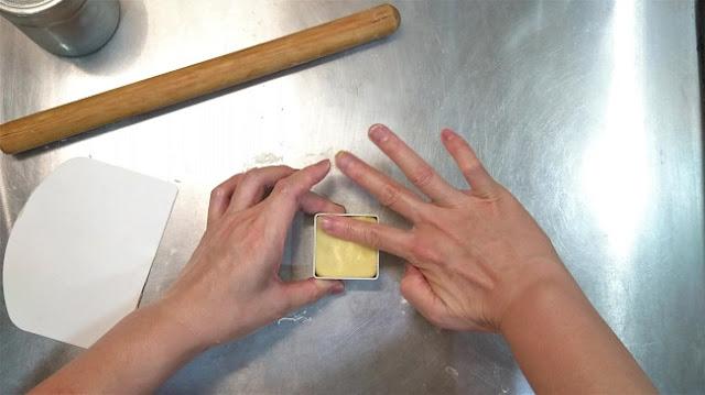 四個角落的空隙要填滿,烤出來才會好看