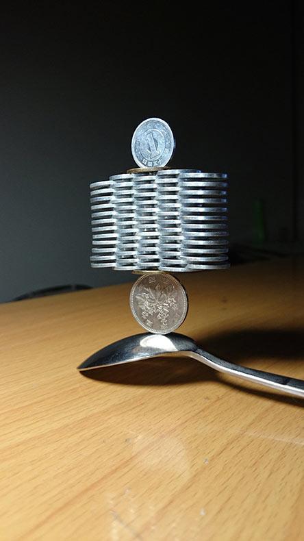 Torres de monedas apiladas de forma precisa que desafían la gravedad