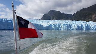 glaciar de san rafael con bandera de chile