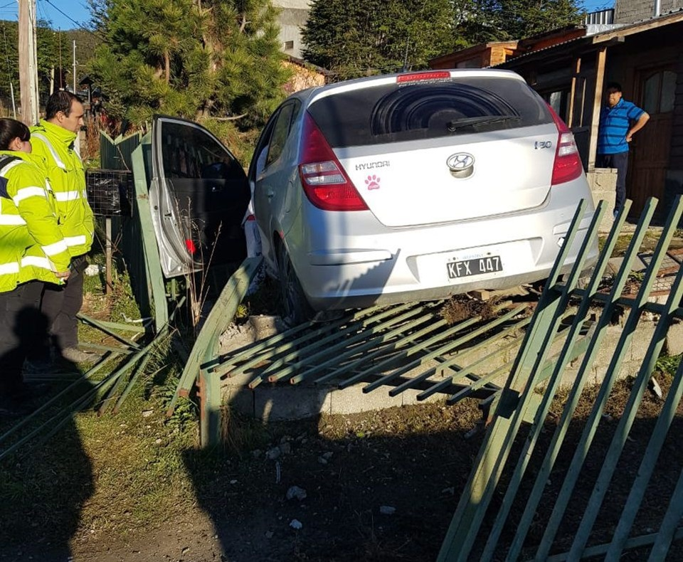 Se metio en un patio con el auto en Ushuaia
