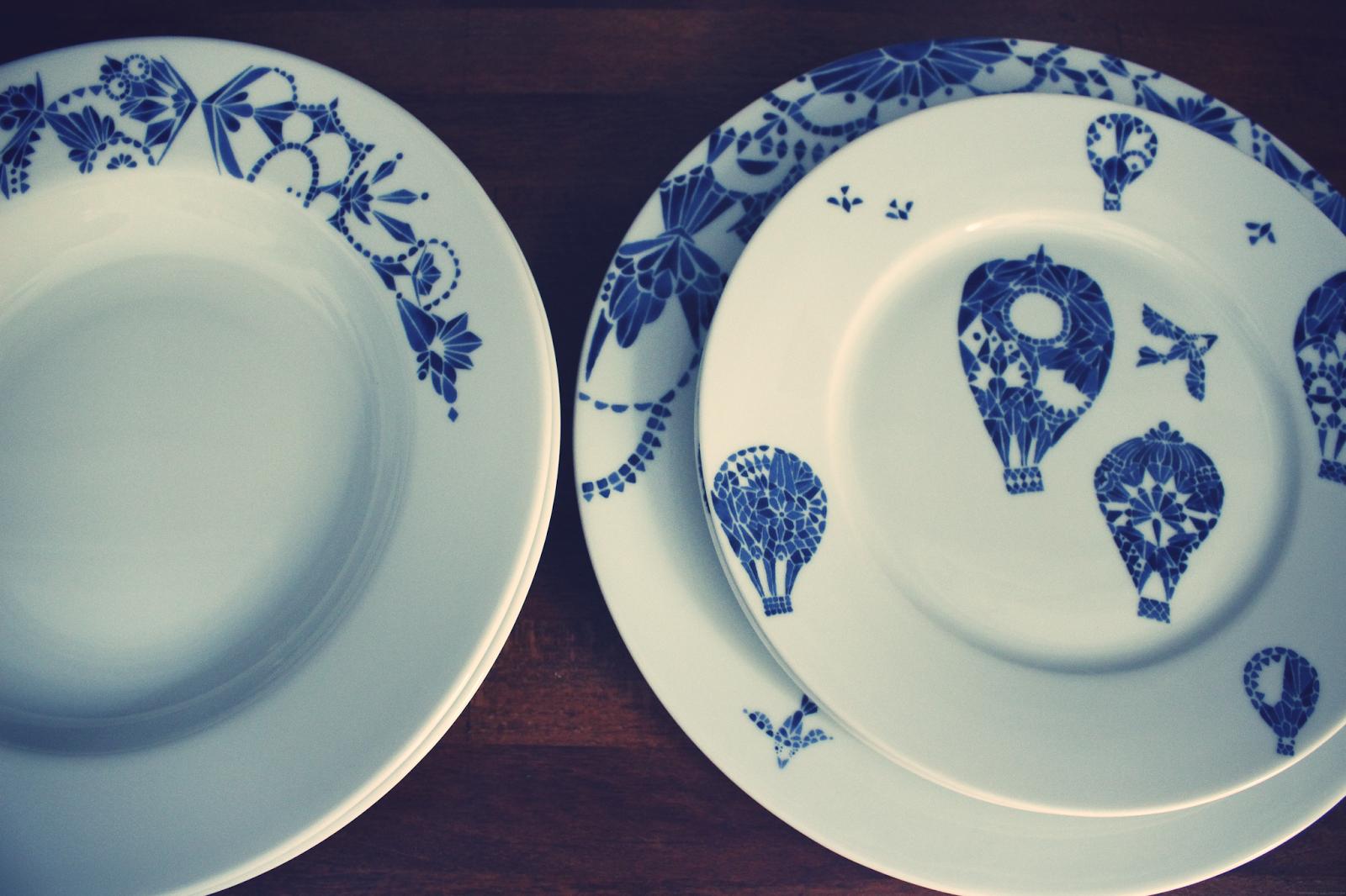 assiettes bleues et blanches table de cuisine. Black Bedroom Furniture Sets. Home Design Ideas