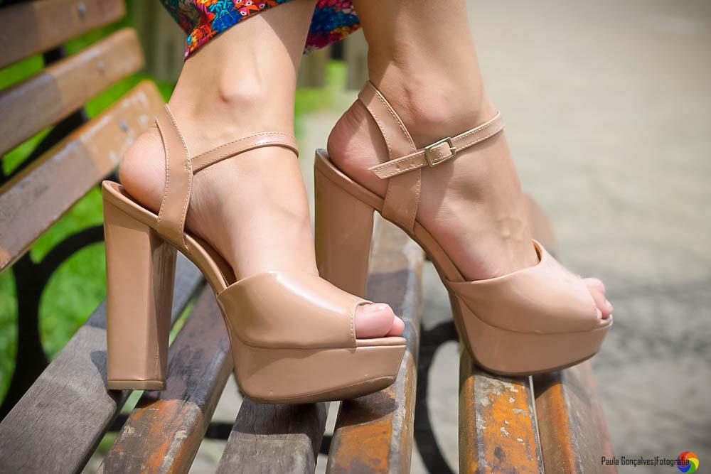 Sandália Salto Bloco Nude Look com calça pantalona colorida Aline Arruda / Ally Arruda