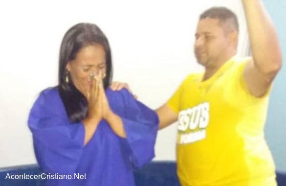 Mujer abandona alcoholismo y es bautizada