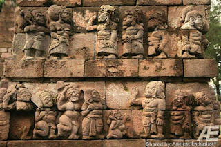 Гигант сумерв был обращён в камень и оставлен лежать головой у ног маленьких людей, как показатель унижения перед теми, кого защитить посмел.