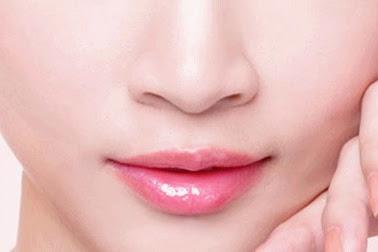 7 Cara Alami Mencerahkan Bibir Menjadi Merah Muda