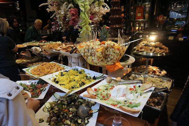 Buffet de aperitivos do bar Movida em Milão