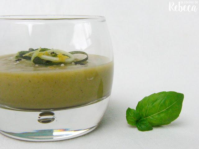 Sopa fría de calabacín y albahaca con semillas