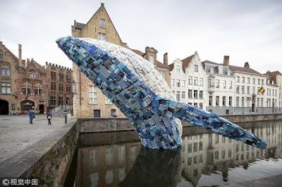 escultura ballena hecha con 5 toneladas de plastico