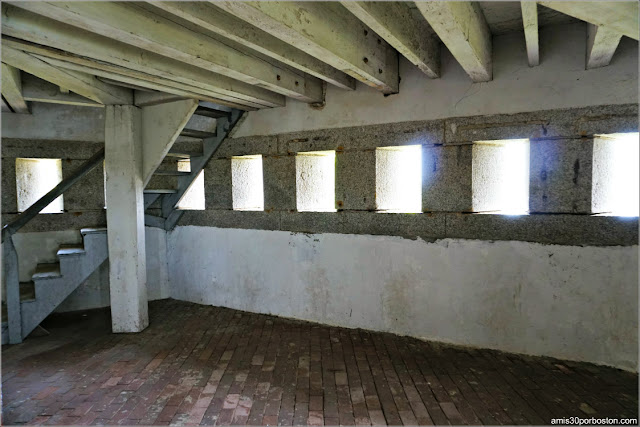Interior del Block House en el Fort McClary State Historic Site en Kittery, Maine