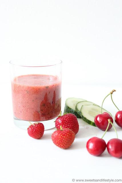 Erfrischender Kirschen-Erdbeer-Gurken-Smoothie bei Sweets and Lifestyle