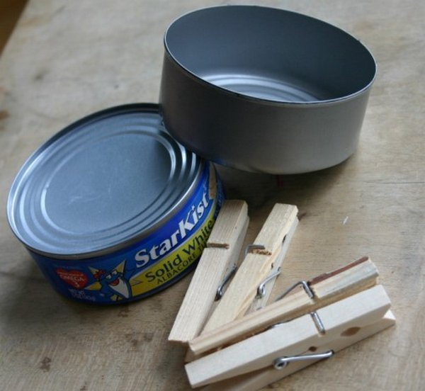 What can be done with wooden clothespins and a tin