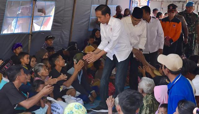 Jokowi dan TGB Bagi-Bagi Buku untuk Para Korban Gempa di Lombok
