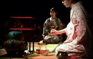 Mujer realizando la ceremonia del té