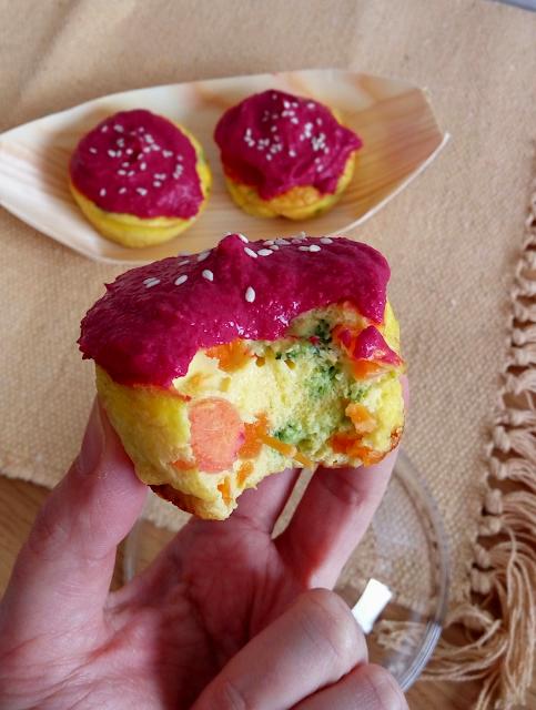 Pastelitos de huevo, verduras y hummus