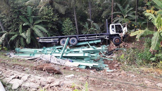 Kecelakaan Beruntun di JLS Cilegon, Sedan dan Truk Tronton Terjun ke Jurang