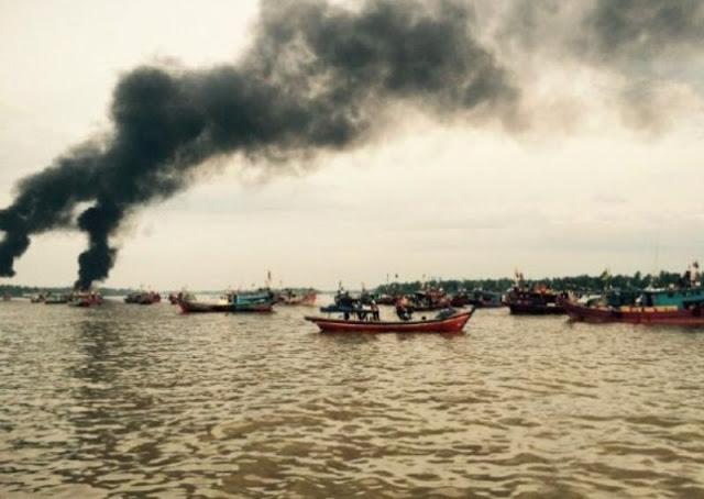 Tiga Kapal Pukat Trawl Mini Dibakar Nelayan Tradisional, Di Perairan Labuhanbatu