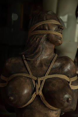 Uma estátua no Armory esculpida pela mãe do CEO Peter Acworth.