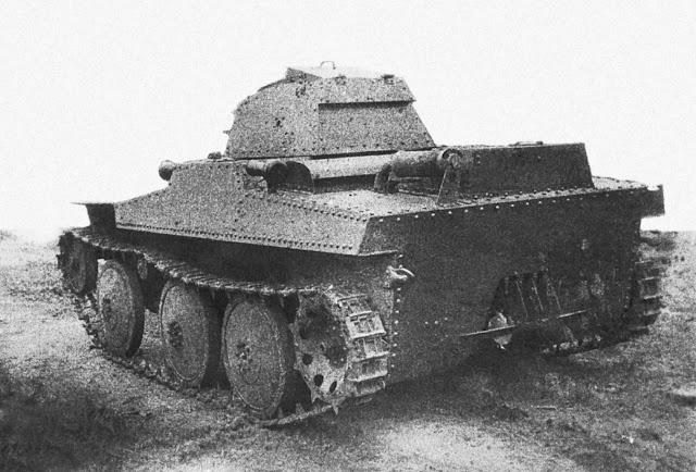 Общий вид опытного танка Т-43-2 конструкции завода № 37 на гусеничном ходу. Москва, весна 1935 года