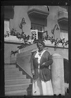 Frau vor einem Haus/Hotel - vielleicht Zürich - um 1910-1920