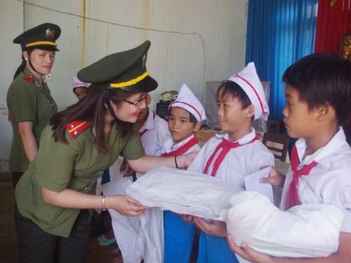 Nữ CBCS Báo An ninh Thủ đô tặng quà học sinh trên xã đảo An Bình