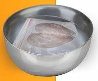 Cara Mencairkan Daging Beku dengan Di Bungkus Plastik dan di rendam dalam Air Dingin