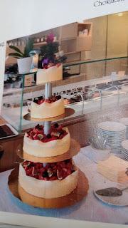 Tort de nuntă cu ciocolată albă și capsuni