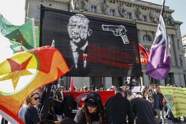 Οργή της Άγκυρας για τη διαδήλωση στη Βέρνη υπέρ του «όχι» στο δημοψήφισμα