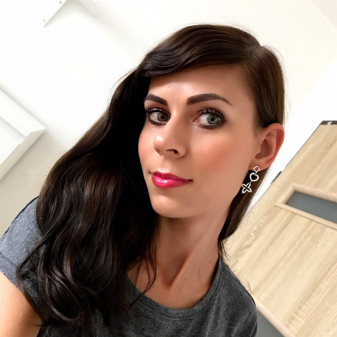 zdjęcie przedstawiające makijaż z Innisfree My Lip Balm #Ruby Grapefruit Tea