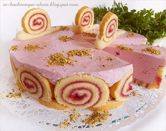 smaczny, delikatny tort roladowy z kremem na bazie bitej śmietany z dodatkiem musu malinowego