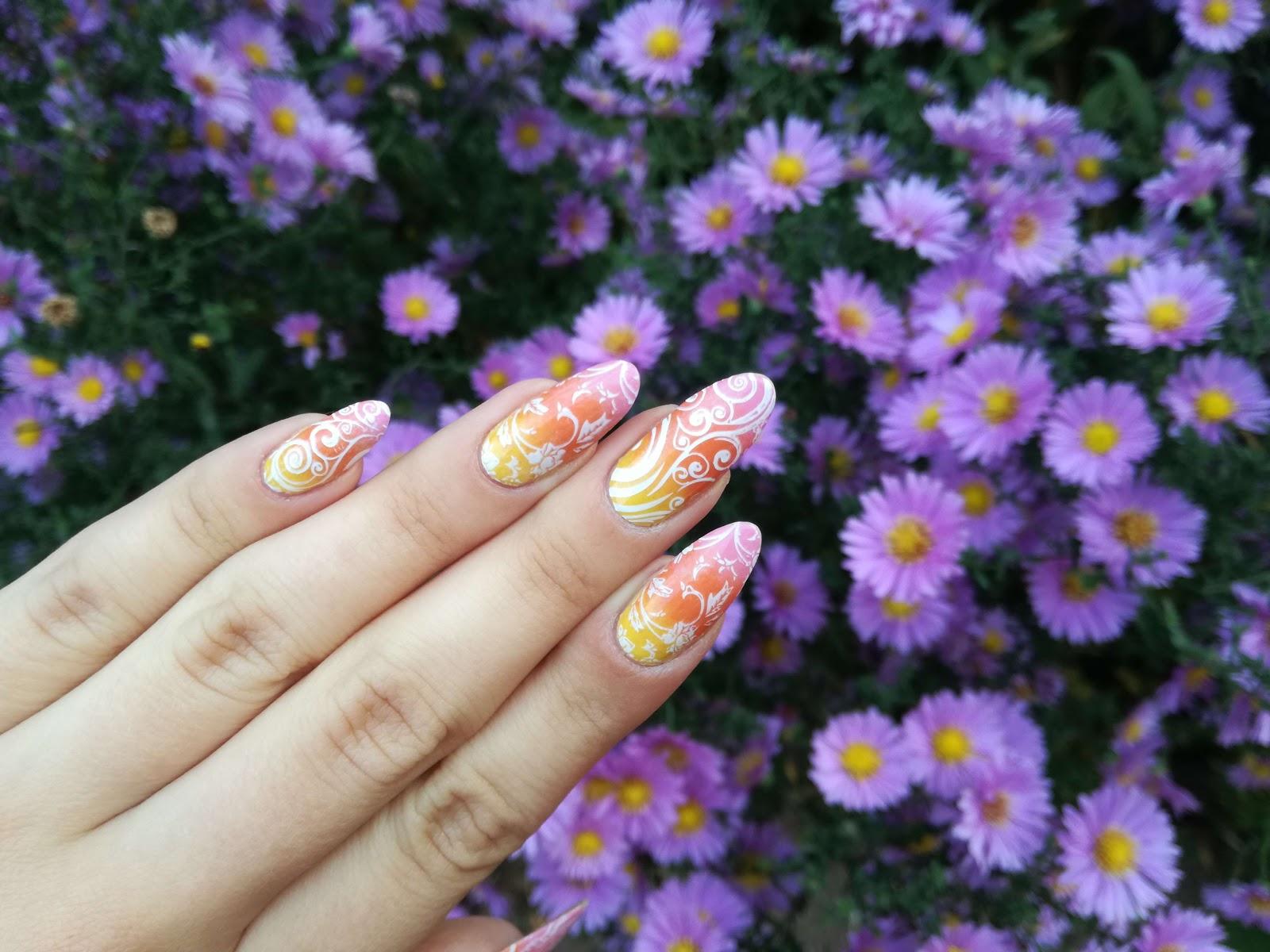 paznokcie i kwiaty w tle