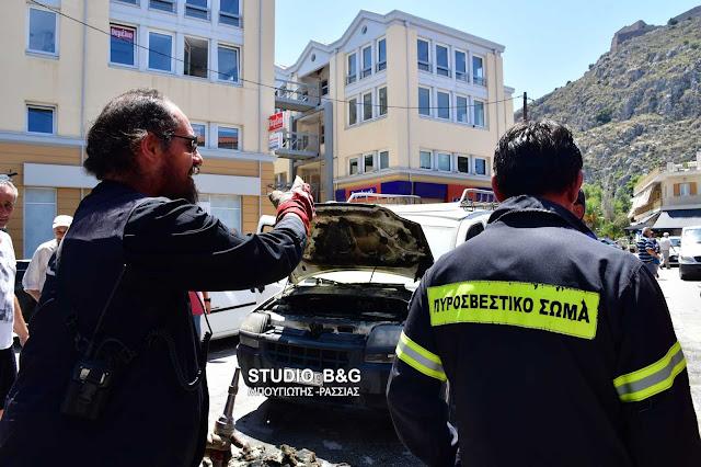 Ιερέας έσβησε πυρκαγιά σε αυτοκίνητο που λαμπάδιασε μέσα στην πόλη του Ναυπλίου (βίντεο)
