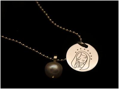 Gargantilla con medalla de Virgen y colgante de perla natural. Joyería Artesanal Personalizada