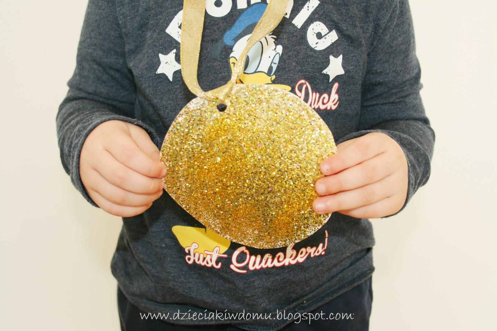 kreatywne medale z papierowych talerzyków i brokatu - praca plastyczna dla dzieci