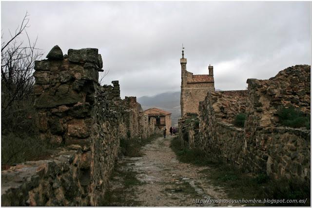 Una de las largas calles medievales que va del castillo a la villa