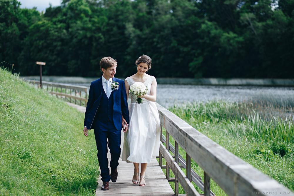 kāzu pastaiga gar upi