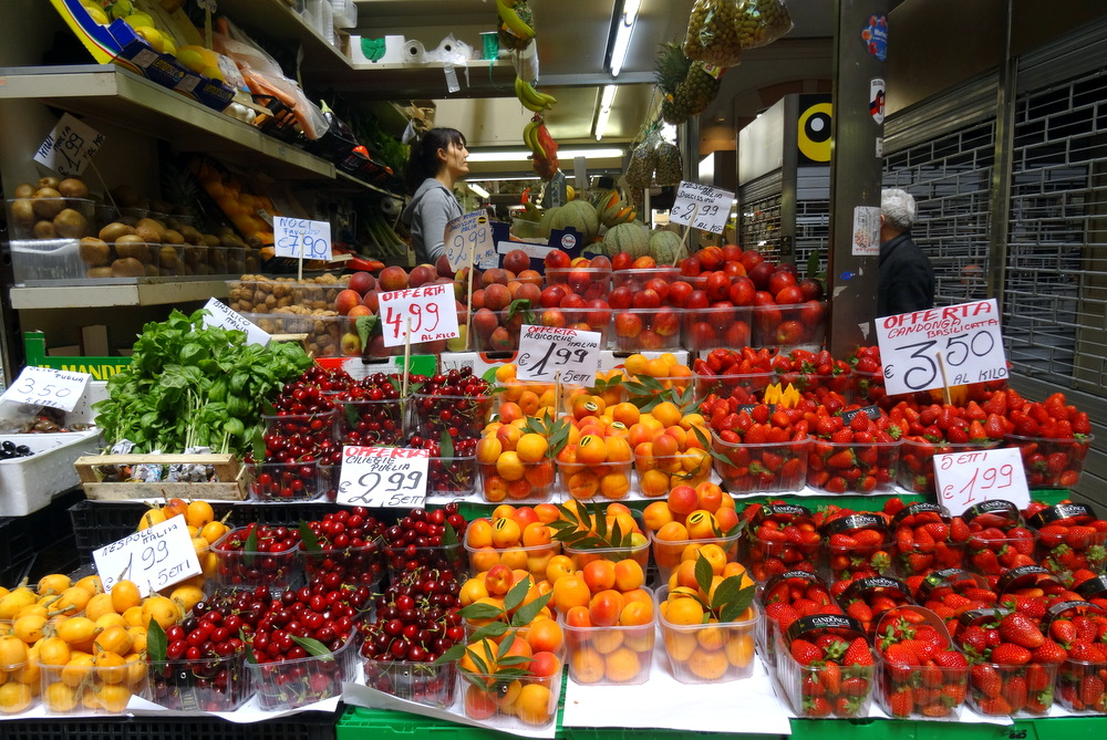 3 indoor food farmer 39 s markets of bologna italy for Outdoor food market