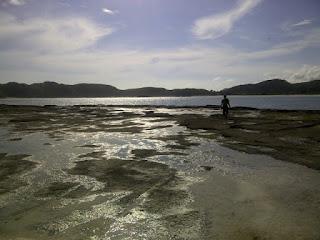 pantai Tanjung Aan bagian tengah yang memisahkan bagian kiri dan kanan