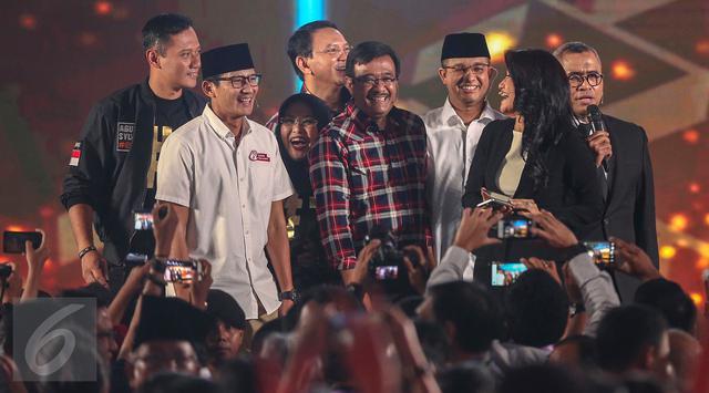 Para paslon berkumpul untuk berpose bersama usai Debat Pilgub DKI 2017 putaran kedua, Jakarta, Jumat (27/1).