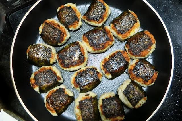 水煮大豆入りつくねをフライパンで反対側も焼く