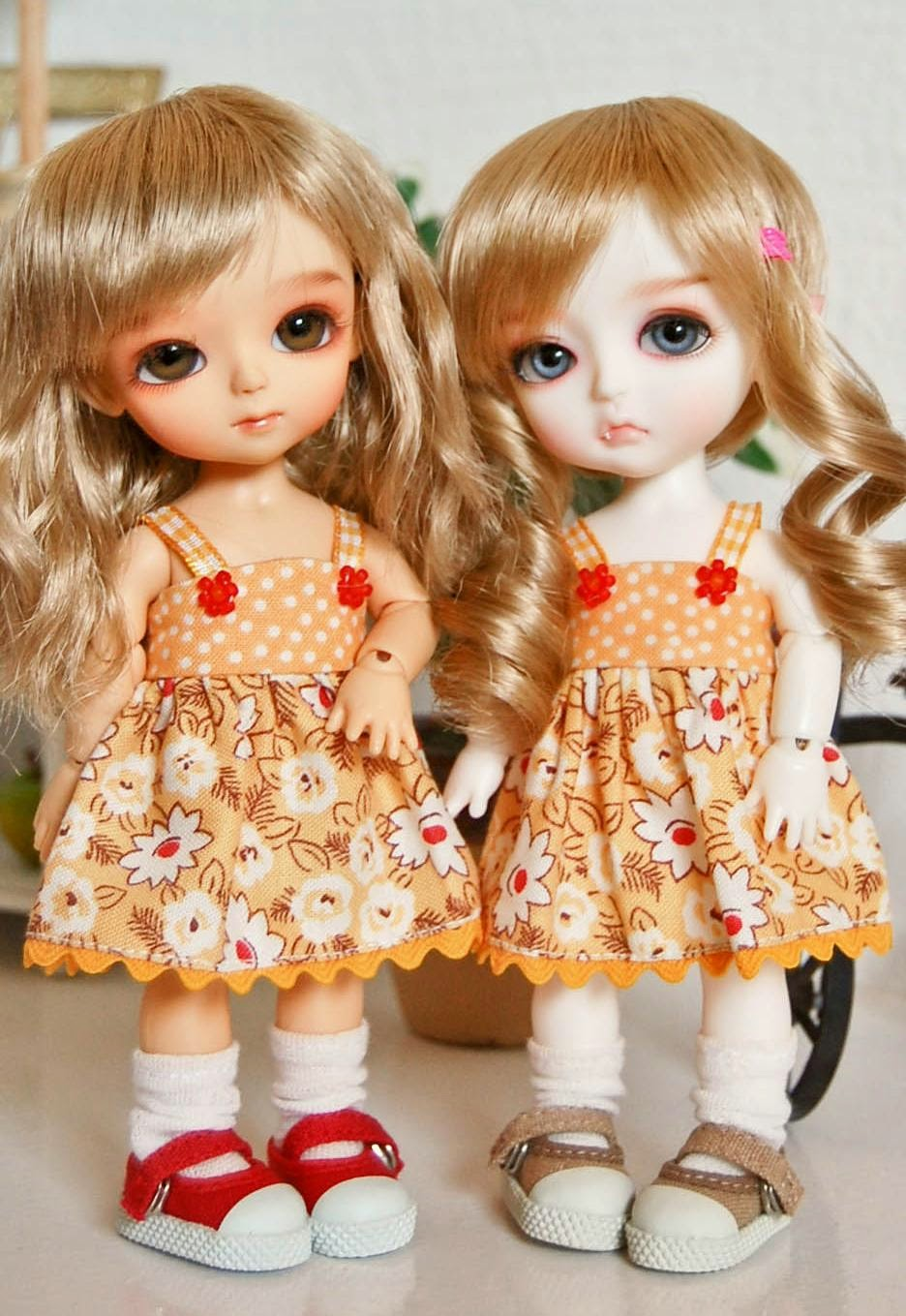 Chimney Bells: FreeCute Twins Barbie Dolls HD Wallpaper