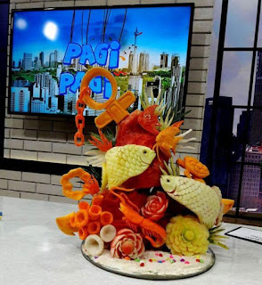 Certainly in making these beautiful creations must have special expertise. With a creative touch, fruit and vegetables can be used as decoration to beautify the dish or dining table.